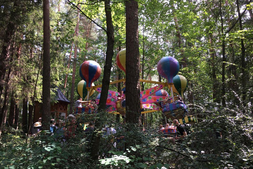Ein Fahrgeschäft im Wald